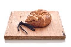 香草在新月形面包的乳蛋糕布丁 图库摄影