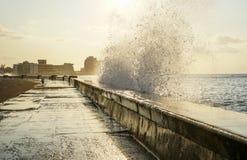 飞溅在码头的水 免版税库存照片