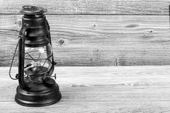 与煤油灯的自然黑老木桌 免版税库存图片