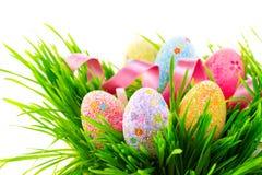 兔宝宝复活节草甸场面 在春天草的五颜六色的鸡蛋 库存图片