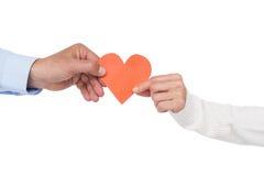 拿着纸心脏的夫妇 免版税库存图片