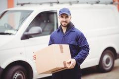 拿着箱子的送货人 库存图片