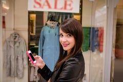 Красивые покупки окна женщины Стоковое фото RF