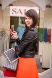 Красивые покупки окна женщины Стоковые Изображения RF