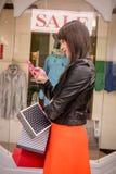Красивые покупки окна женщины Стоковое Фото