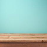 倒空在薄荷的墙纸背景的木甲板桌 库存照片