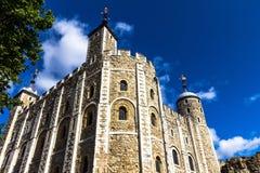 历史白色塔在伦敦塔历史的城堡在泰晤士河的北岸在中央伦敦 库存图片