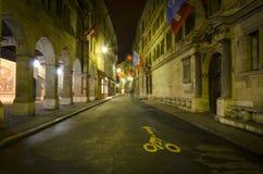 城镇厅街在夜之前,老镇日内瓦 免版税库存图片