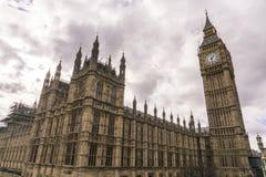 Парламент Великобритании Вестминстер с башней большого Бен и ферзя Элизабета Стоковая Фотография
