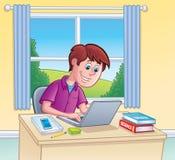 使用便携式计算机的青少年的男孩为家庭作业 免版税图库摄影