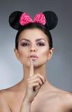 称呼妇女画象完善的面孔,专家做 与大耳朵的时尚老鼠 免版税库存照片