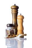 Αλάτι και πιπέρι που απομονώνονται στο άσπρο υπόβαθρο Στοκ φωτογραφία με δικαίωμα ελεύθερης χρήσης