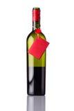 Ανοιγμένο μπουκάλι κρασιού με την κόκκινη ετικέτα στο λευκό Στοκ Φωτογραφίες