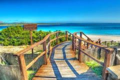 对海滩的木台阶在撒丁岛 免版税库存照片