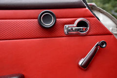 打开侧面窗的减速火箭的汽车内门把柄 免版税图库摄影