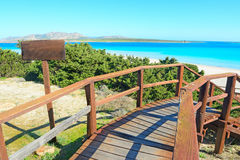 对海滩的木楼梯在撒丁岛 免版税库存图片