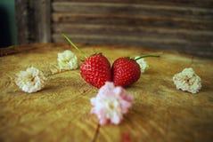 玛丽爱的草莓心脏吃的在桌上 库存图片