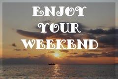 在海的日落天空有文本的:享受您的周末 免版税图库摄影