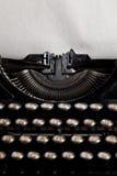 有年迈的织地不很细纸的打字机 免版税库存图片