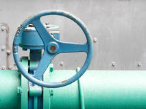蓝色老阀门和老绿色管子 行业阀门水 免版税库存照片
