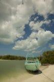 在白色沙子海滩停住的小船 库存照片