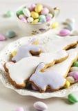 复活节曲奇饼和杏仁糖果 免版税库存照片
