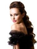 Όμορφο πρόσωπο μιας νέας προκλητικής γυναίκας στο μαύρο φόρεμα Στοκ Εικόνες