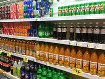 Безалкогольные напитки и напитки в супермаркете Стоковые Изображения RF