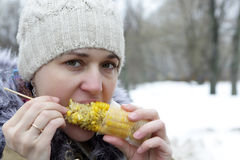 Γυναίκα που τρώει το καλαμπόκι Στοκ εικόνες με δικαίωμα ελεύθερης χρήσης