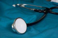 医生护士洗刷听诊器 库存图片