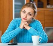 等待重要电话的生气女孩 免版税库存图片