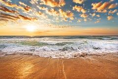 精采海洋海滩日出 免版税库存照片