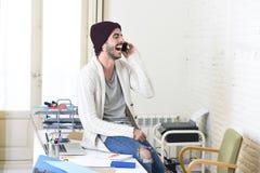 Смеяться над взгляда ультрамодного битника бизнесмена неофициальный счастливый на мобильном телефоне Стоковые Фотографии RF
