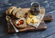 Σπιτικές ολόκληρες ψωμί σιταριού, τυρί και μαρμελάδα σύκων Εύγευστο πρόγευμα ή πρόχειρο φαγητό Στοκ φωτογραφία με δικαίωμα ελεύθερης χρήσης