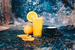 新鲜的橙汁和强的浓咖啡担当了早餐在客栈,餐馆 库存照片