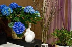 盆的植物和复活节兔子 库存照片