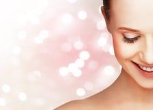美丽的健康妇女的半笑的面孔 库存图片