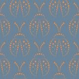 与昆虫的无缝的传染媒介样式,与红色装饰特写镜头瓢虫的对称背景,在蓝色背景 免版税库存图片