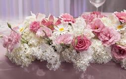 Ρύθμιση τομέα εστιάσεως του γάμου με τα φρέσκα λουλούδια Στοκ Φωτογραφία