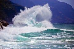 壮观的海岸线波浪断裂在夏威夷 免版税库存照片