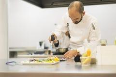 Αρσενικό επαγγελματικό μαγείρεμα αρχιμαγείρων Στοκ Εικόνα