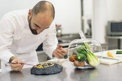 Αρσενικό επαγγελματικό μαγείρεμα αρχιμαγείρων Στοκ Εικόνες