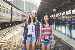 女孩友谊住处旅行的假日摄影概念 库存照片