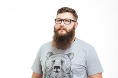 英俊的严肃的有胡子的人画象玻璃的 免版税库存照片