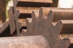 Винтажная шестерня катит внутри колониальную фабрику Стоковое Фото