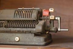 Античная машина кассира с механически подсчитывать Стоковая Фотография