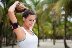 健身妇女准备好锻炼在热带海滩 免版税图库摄影