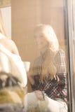 Δύο κορίτσια που έχουν τη διασκέδαση πίνοντας τον καφέ Στοκ Φωτογραφίες