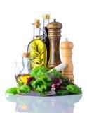 Λάδι μαγειρέματος και πράσινο καρύκευμα τροφίμων χορταριών στο λευκό Στοκ Εικόνες