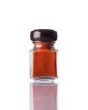 Κόκκινη σκόνη πάπρικας βάζων στο λευκό Στοκ εικόνα με δικαίωμα ελεύθερης χρήσης
